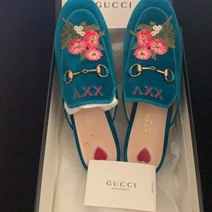 NEW GUCCI SLIPPERS IN THE SIZE 8